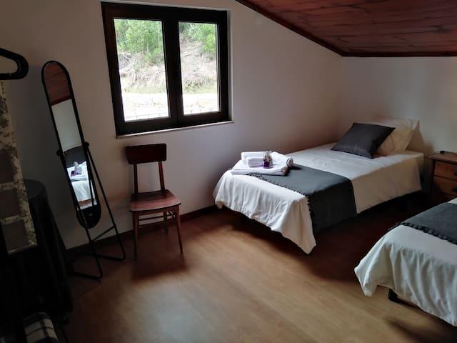 Quarto 5 vista 1 - 2 Camas de Solteiro / Bedroom 5 view 1 - 2 single beds