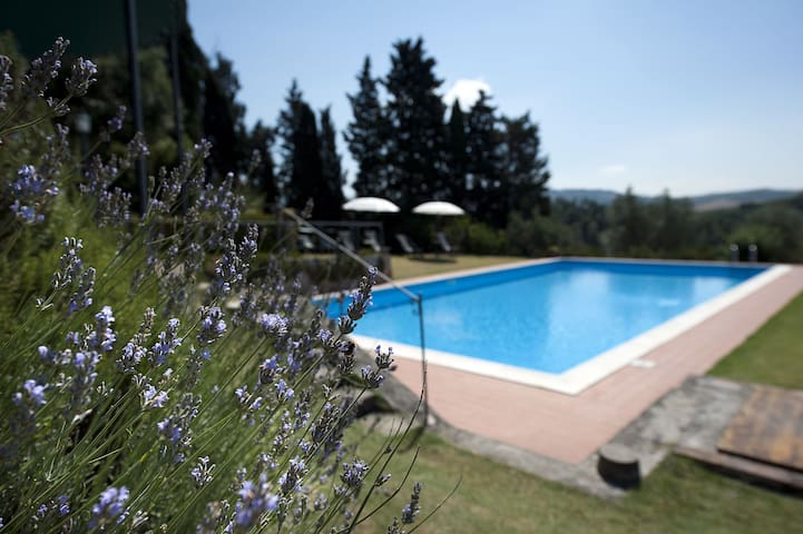 Villa with WIFI, private pool, A/C, TV, patio, panoramic view, parking, close to San Gimignano