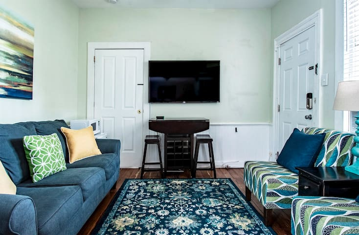 1 Bedroom w/ Living Room Upscale Décor-Walk to King Street + Free Wi-Fi