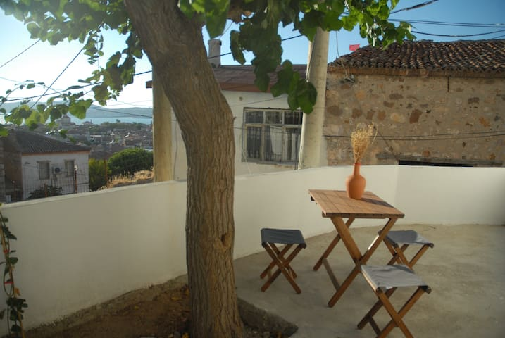 Adorable tiny village house with terrace & seaview - Ayvalık - Haus