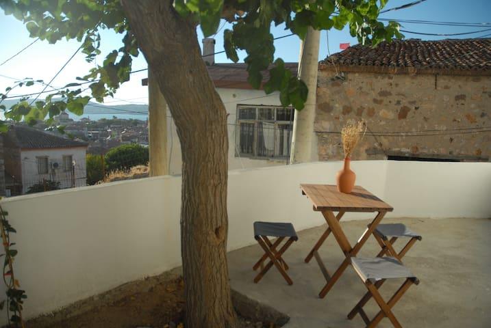 Adorable tiny village house with terrace & seaview - Ayvalık - Huis