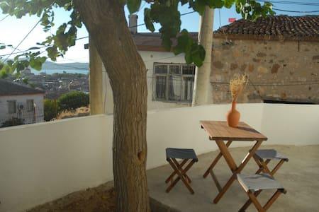 Adorable tiny village house with terrace & seaview - Ayvalık - Ház
