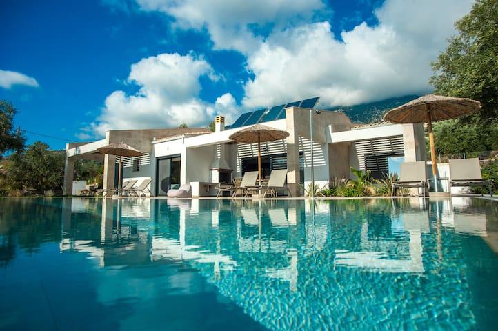 Luxurious Villa Arte - 7 Min Walk From The Beach!