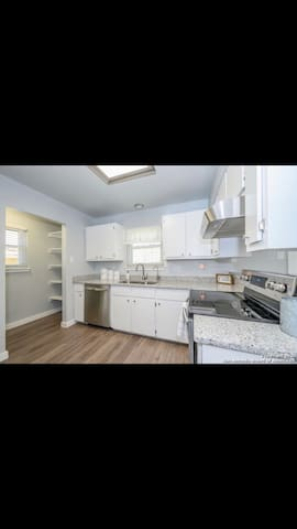 Clean & Quiet Private Room, Close to Downtown!