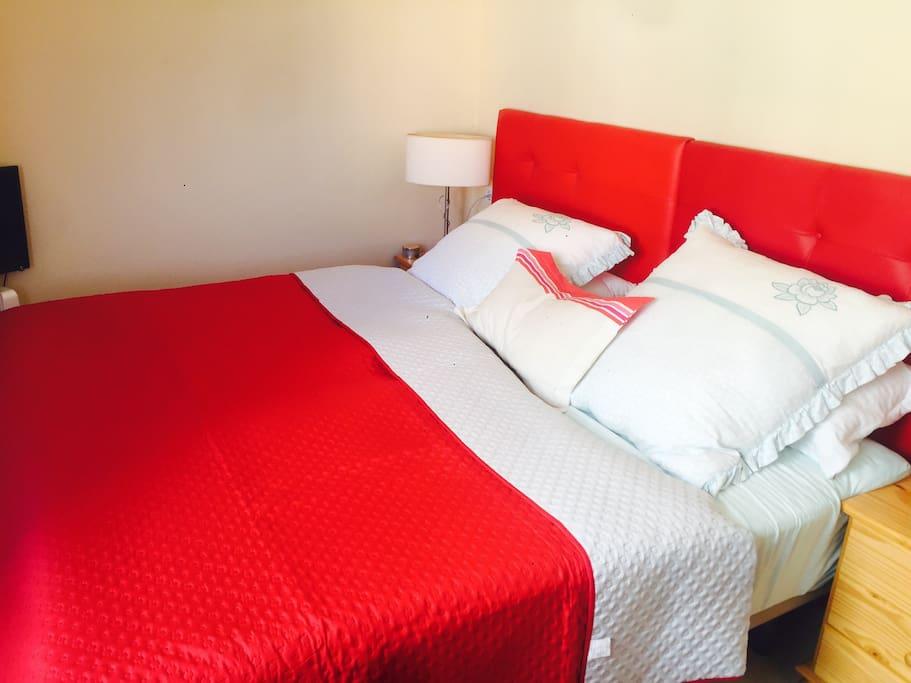 Gemütliches Schlafzimmer Doppelbett mit getrennten Komfort Matratzen(Soft)  mit TV und Heizung für die Winterzeit.