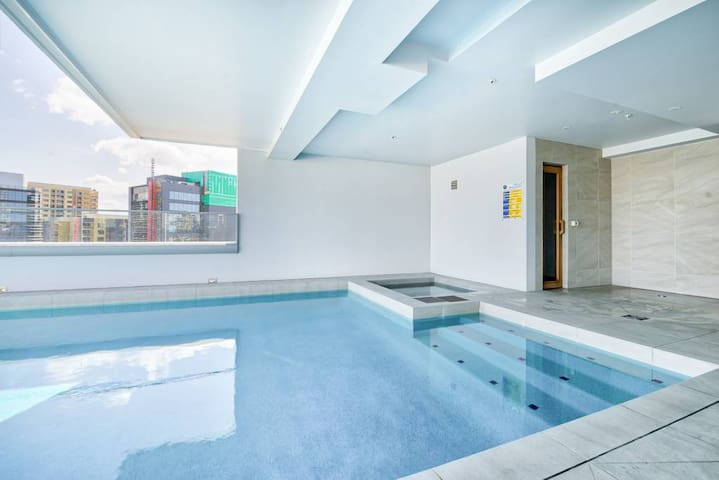 Luxury Apartment - Spa ,Pool ,Gym & walk to Valley