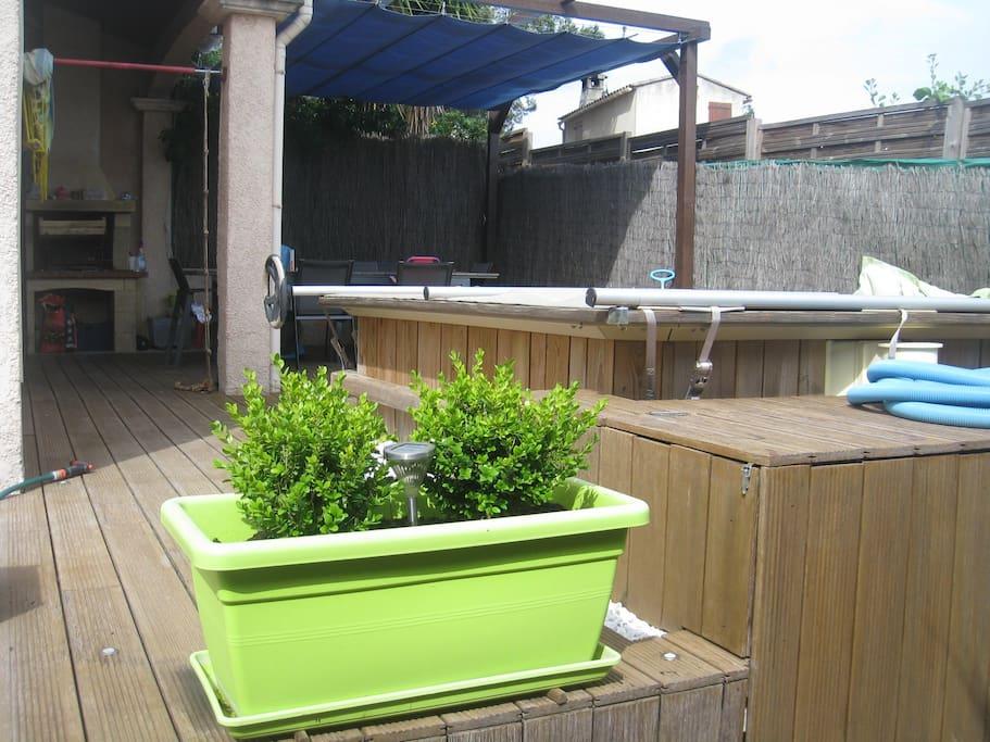 Terrasse avec pergola amovible, piscine (1.50/3.00/1.20) équipée d'une bâche de sécurité, barbecue