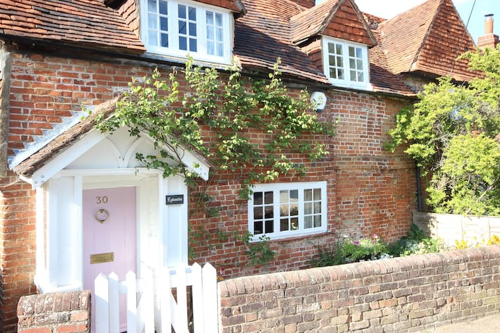 Gorgeouse Listed Cottage in beautiful village