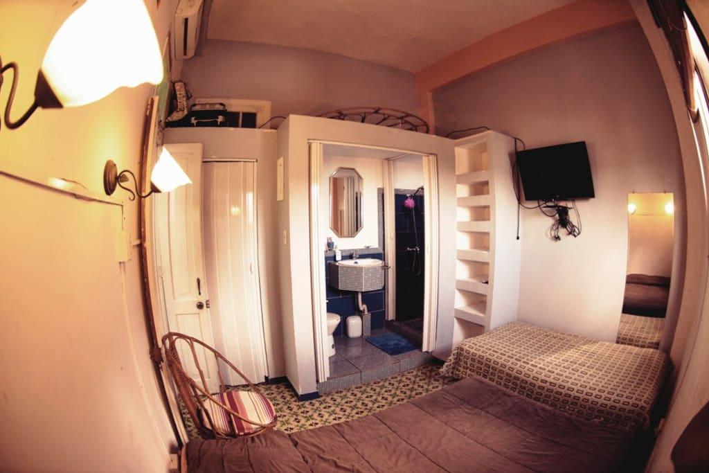 Habitación con 2 camas, TV con cable, Aire acondicionado y baño privado