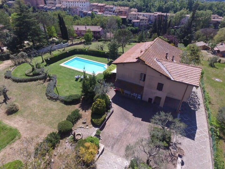 Villa, parco privato e piscina a un passo da Roma