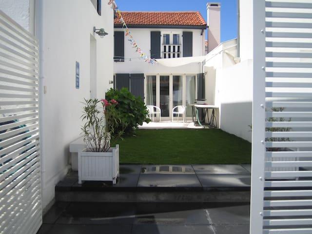 maison avec jardin et grande terrasse