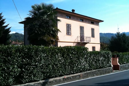 camera con bagno in villa liberty - Ghivizzano - Bed & Breakfast