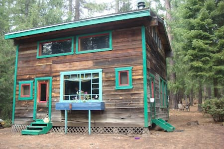 Sky Lodge Retreat Cabin at 4400 feet - Hayfork - Cabane