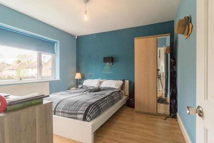 Close to London (Woodford station) double bedroom