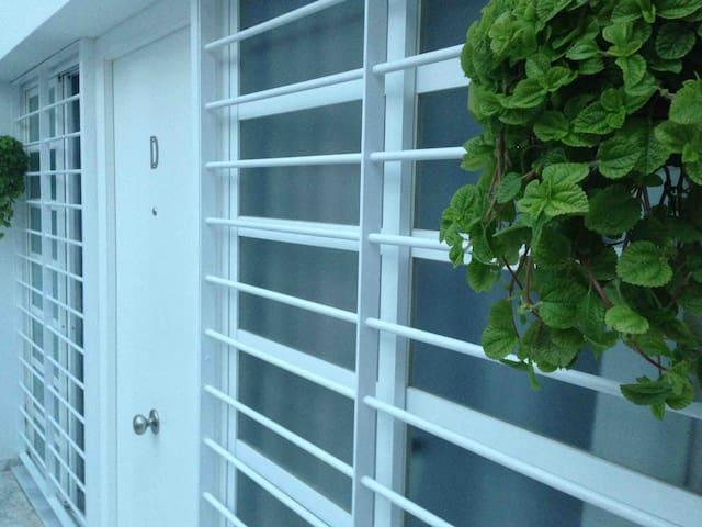 Entrada al apartamento. Portón blindado y puertas correderas en los laterales.