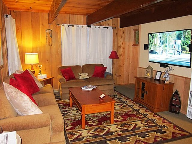 """88 Acres Lodge"" with Hot Tub! - Big Bear - Casa"