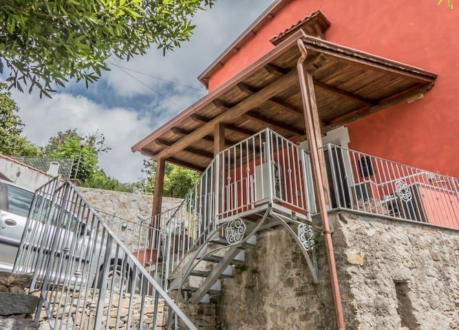 LA CASA AGGIUSTATA - Beverino - Huis
