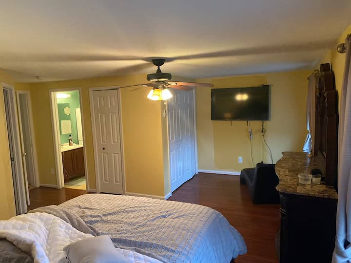 Spacious master room with private bath rm/closet