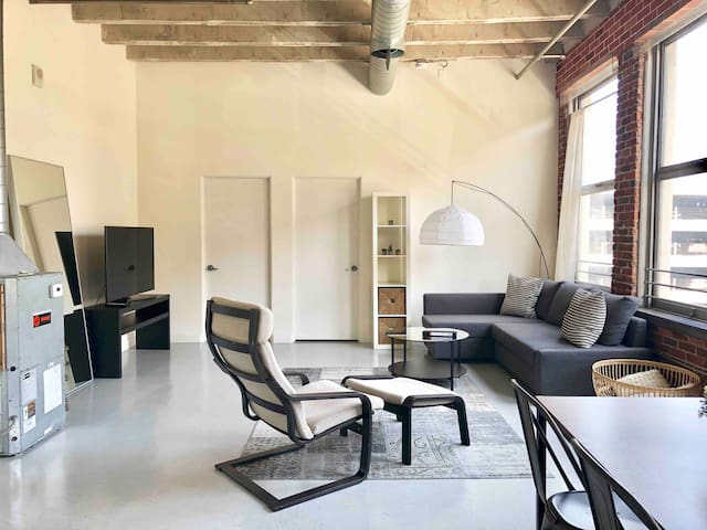 Hip DTLA Loft central to all of the hotspots!