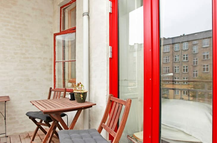 Cozy apartment w. large balcony and patio