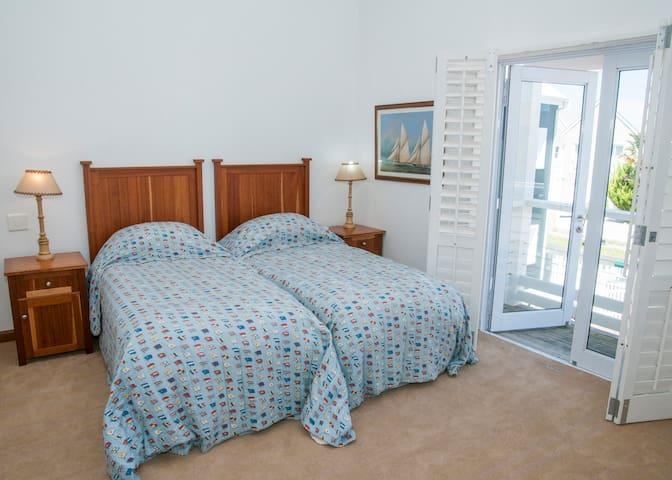 Third twin bedroom.