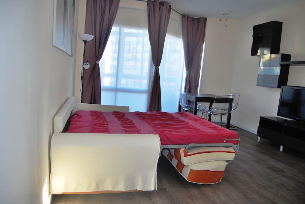 El sofá se convierte en una cama de matrimonio fácilmente. Sistema italiano de apertura