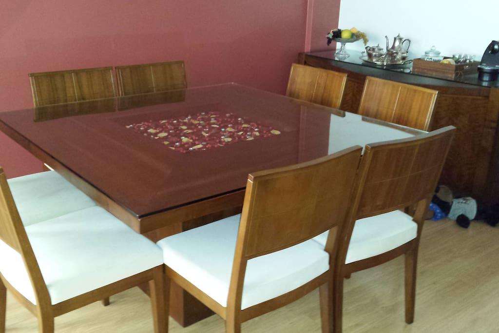 Sala de jantar com mesa para 8 pessoas