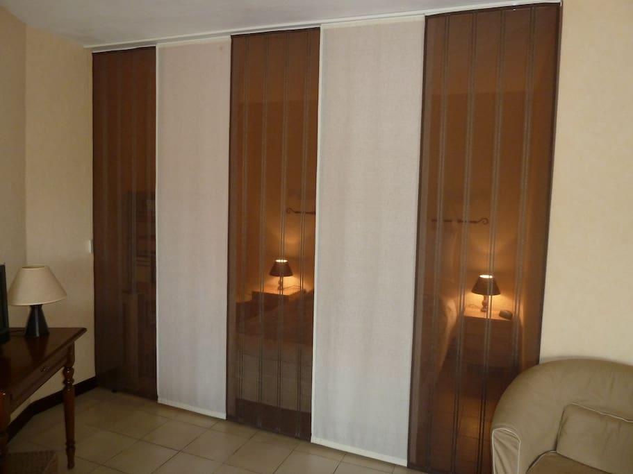 Intimité préservée avec les rideaux japonais de l'alcove