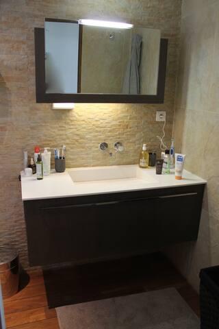 Suite parentale : salle de bain avec bac en Corian