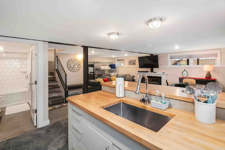 Stunning/Lux Queen Anne Daylight Basement Suite
