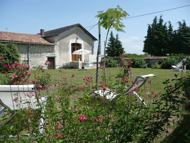 Gîte alliant authenticité et calme - Vaudelnay - House