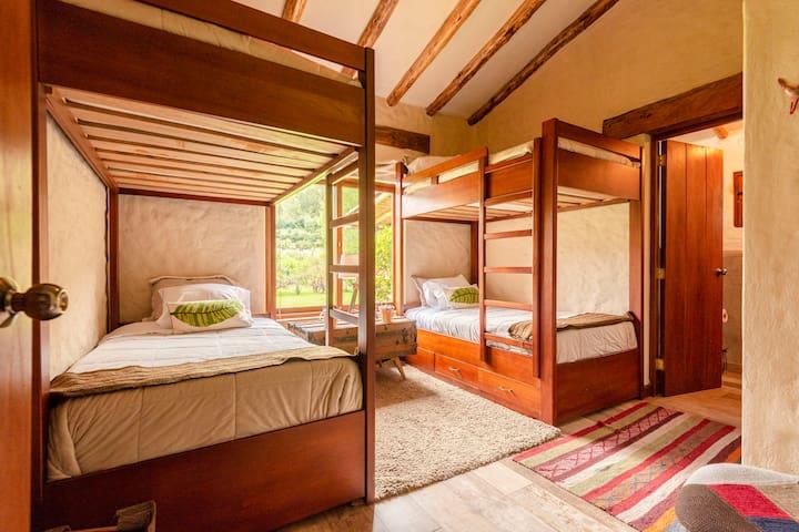 Dormitorio Colibríes: 4 camas demplaza y media cada una, con baño incorporado.