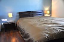 Chambre étage n°3 : lit 140 cm avec rangement intégré