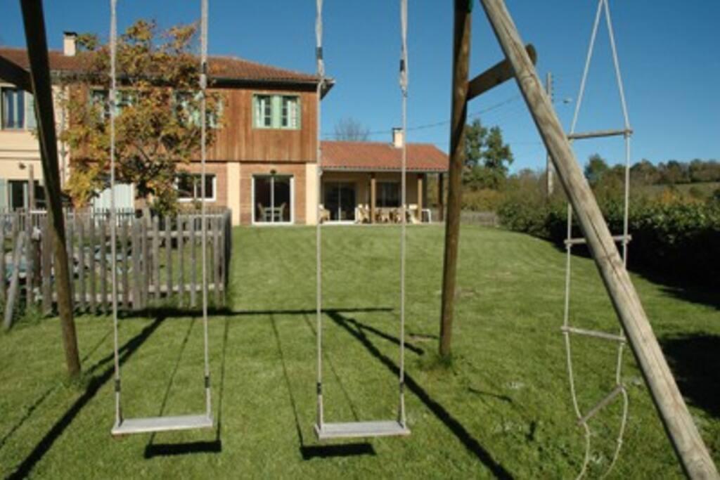 Grand jardin avec balançoires
