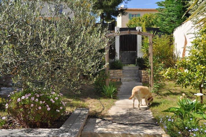 Jardin arboré avec portillon donnant sur le chemin rejoignant le centre de La Cadière