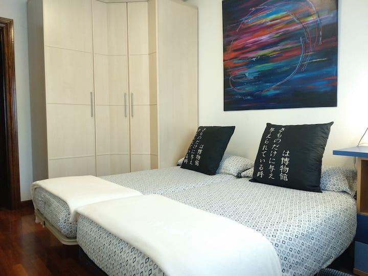 Habitación cómoda y luminosa, con baño privado.