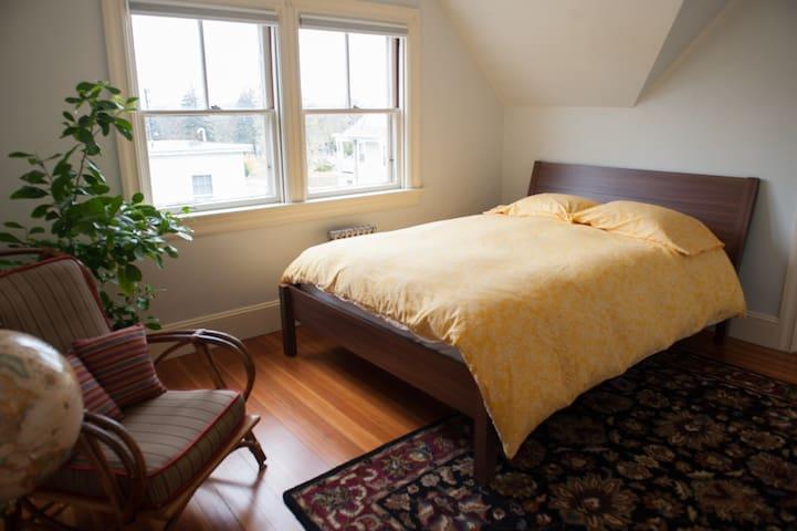 Bright Room in Private 3rd Fl Suite - Cranston - House