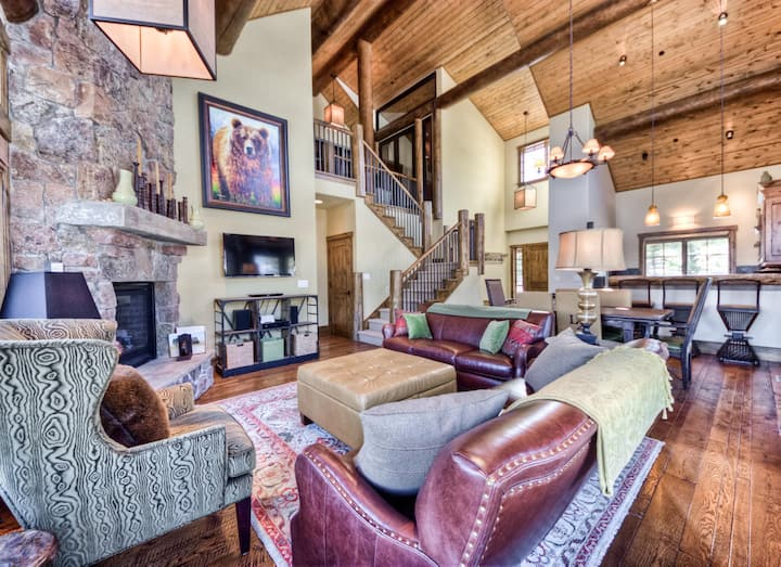 Brilliant Ski-in/Ski-out home with wifi, mountain views and private hot tub