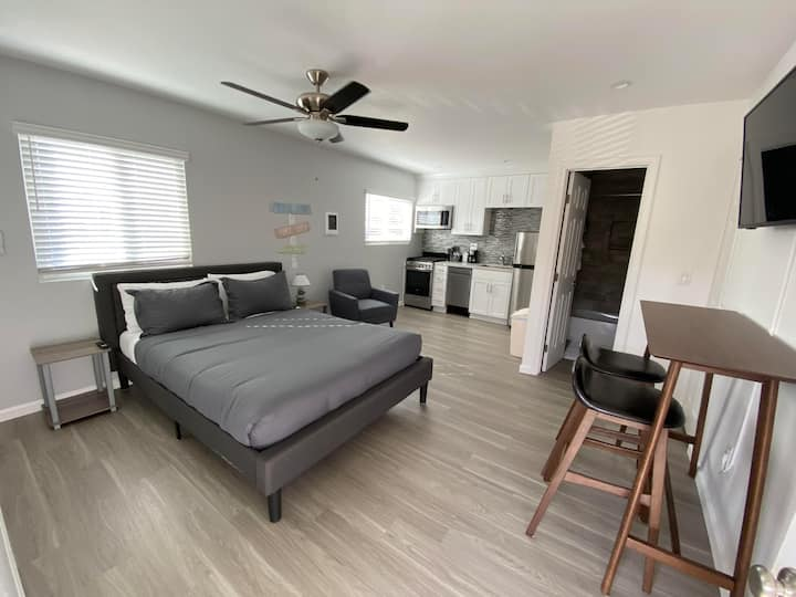 Remodeled Studio 2 Blocks from the Bay!! (#405)