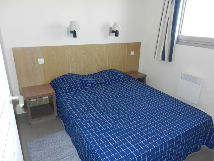 Chambre séparée avec lit double