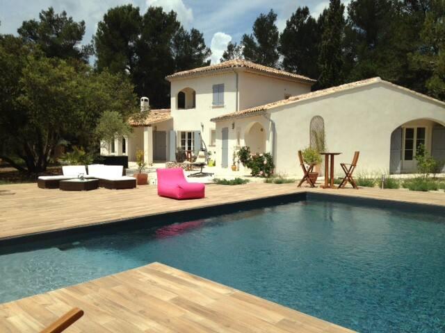 Villa de standing  250 m²   5 km d'Aix-en-Provence - Meyreuil - Hus