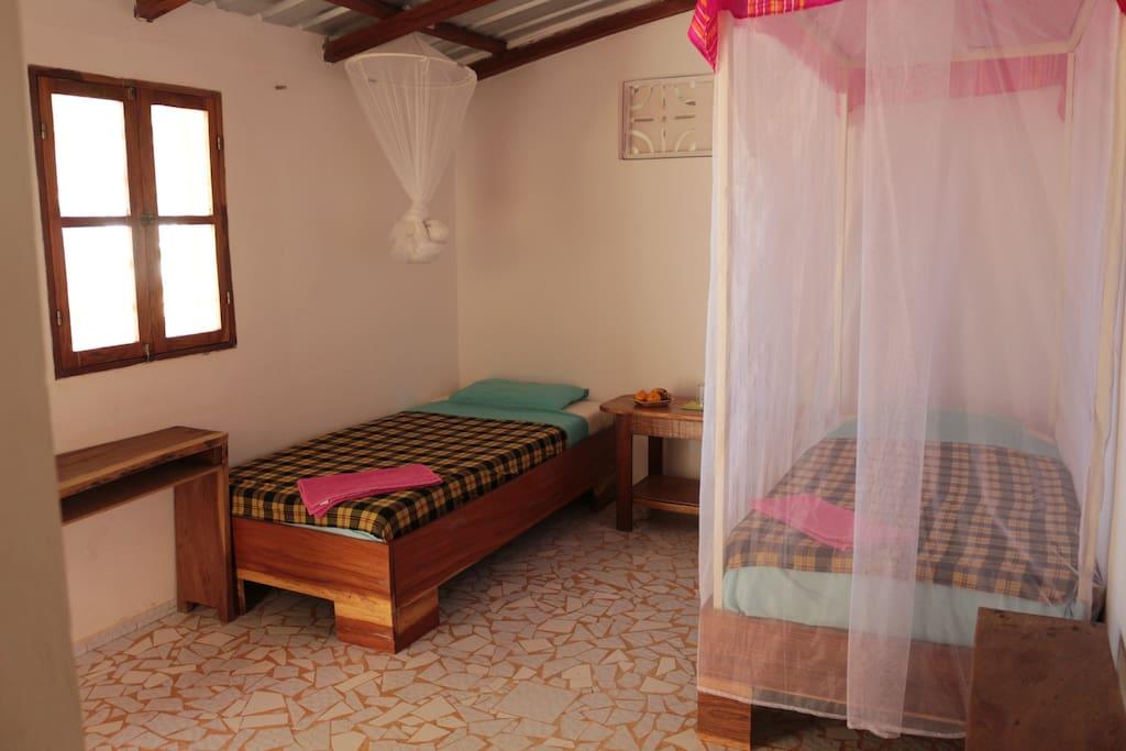 Das 2 Bett Zimmer mit Moskitonetz