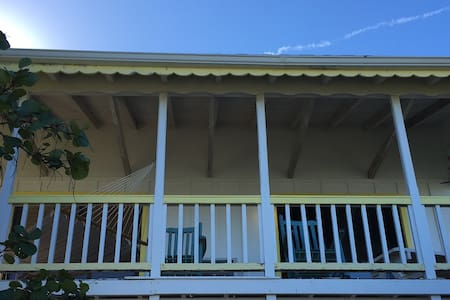 Half Moon Cottage with Dock, Harbour/Sunset View - Green Turtle Cay - 阁楼