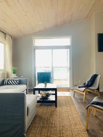 Brand new Gimli-Miklavik Cabin with Private Beach