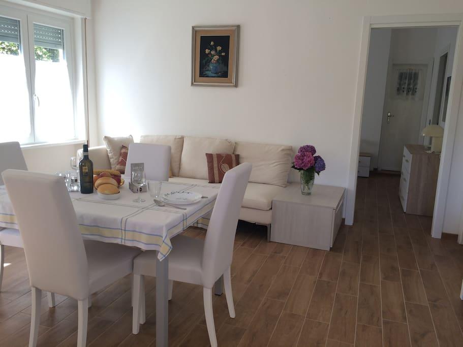 Cucina attrezzata, zona pranzo e divano letto
