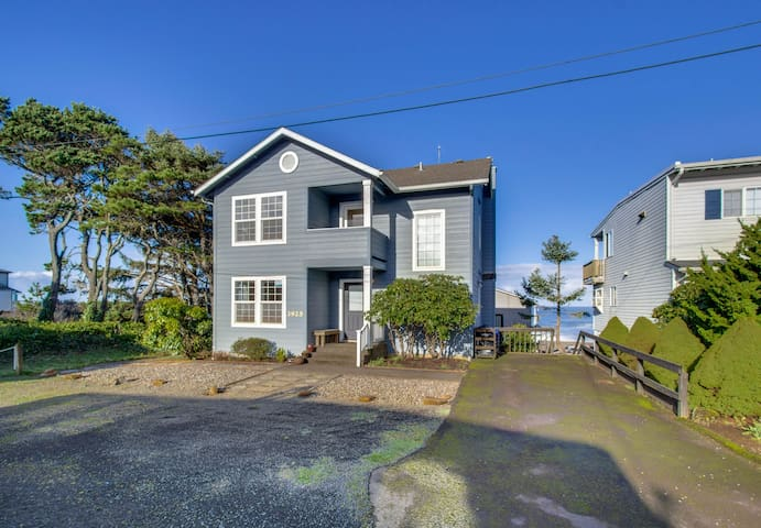 Spacious house with ocean views, 3 decks - close to town, walk to the beach!
