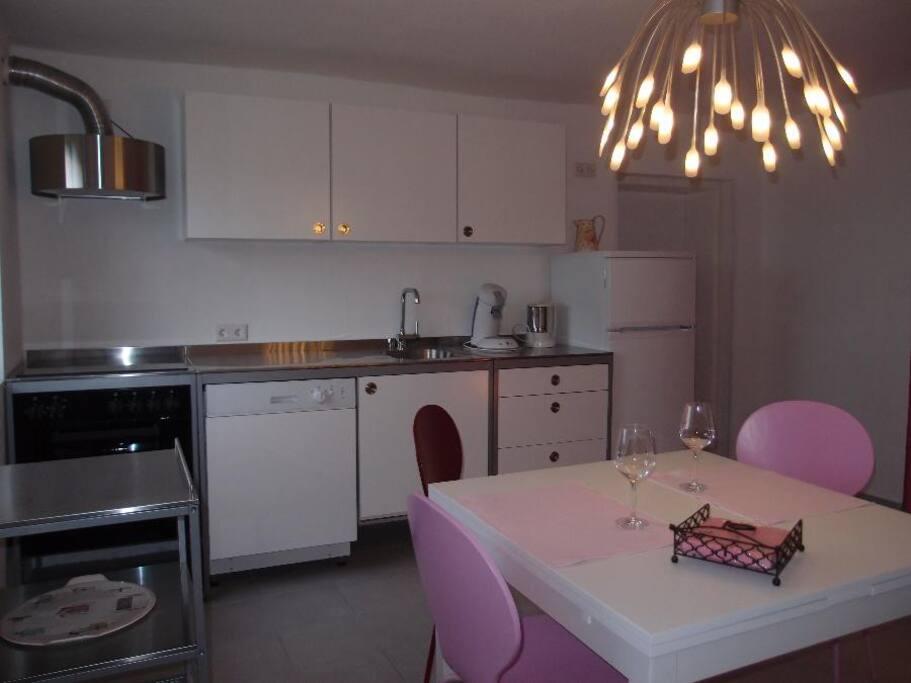 Moderne Küche, klares Design, ausgestattet mit Allem