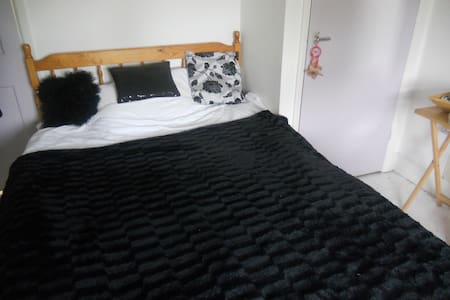 double room in terrace town house - Bed & Breakfast