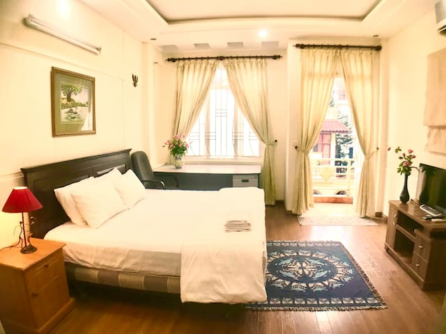 The Rose Home: room with sunshine and garden view