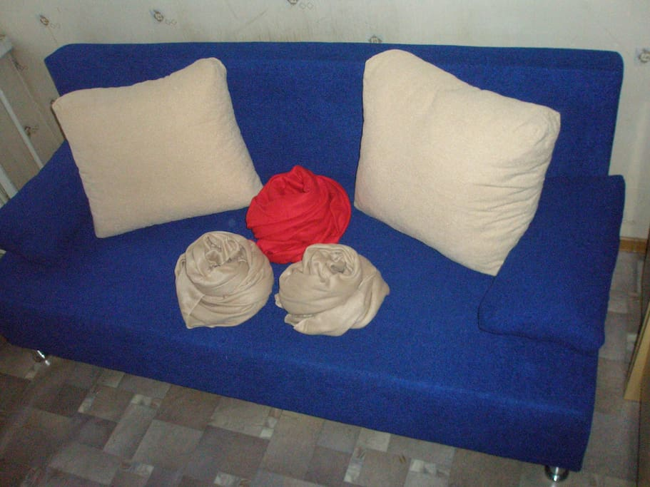 Уютный раскладывающийся  диванчик